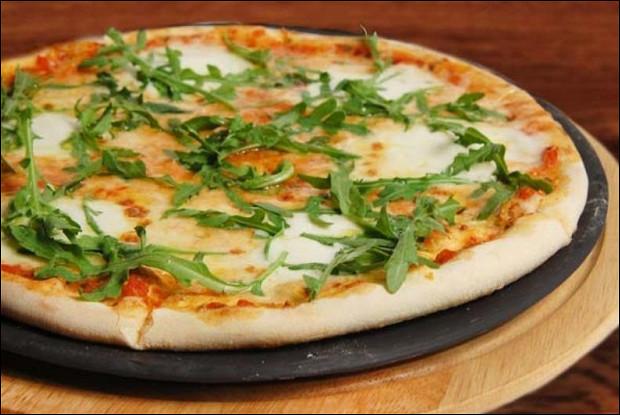 Пицца с соусом табаско, моцареллой и базиликом