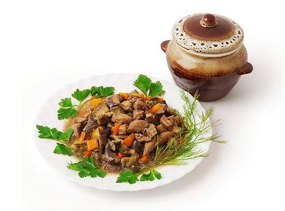 Тушеный свиной окорок с овощами