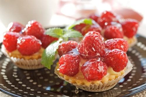 Тарталетки с миндальным кремом и свежими ягодами