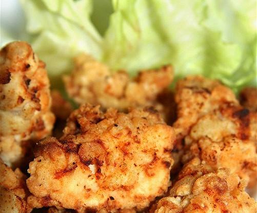 Маринованная имбирная курица с красным перцем, зеленым луком и лаймом