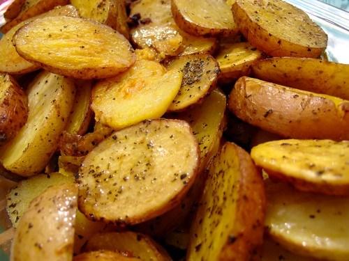 Жареный молодой картофель с чесноком и зеленью