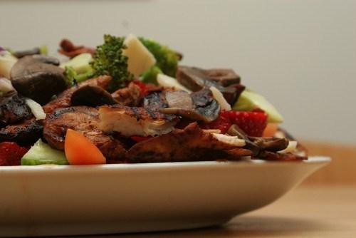 Салат из брокколи и помидоров с маринованной курицей и грибами шиитаке