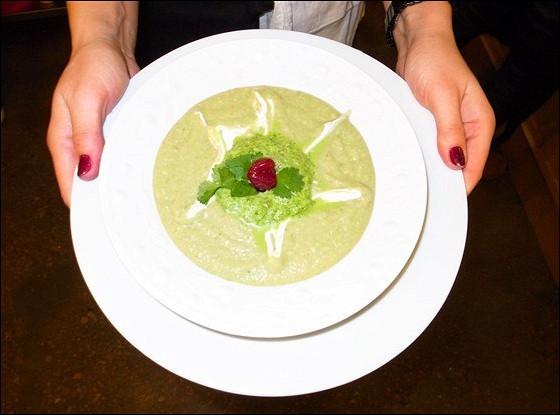 Холодный суп из авокадо с приправой из кинзы