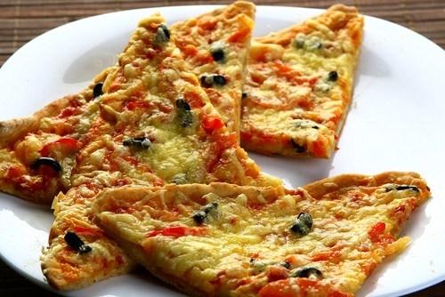 Пицца с копченостями и черносливом