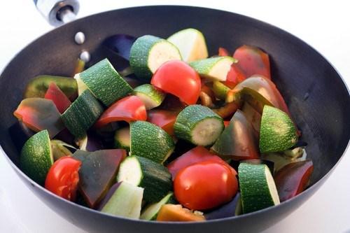 Салат из запеченных цукини и помидоров с миндалем