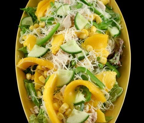 Куриный салат с манго, огурцом, красным перцем и медово-горчичной заправкой