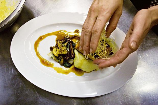 Семга на васаби-пюре с имбирным соусом, грибами и листьями пак-чой
