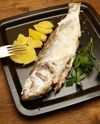 Сибас с розмарином, запеченный в соляной корке