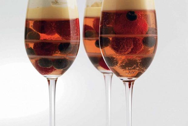 Желе из шампанского с ягодами