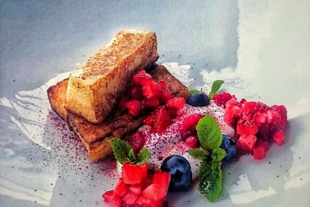 Ванильные гренки со сметаной и ягодами