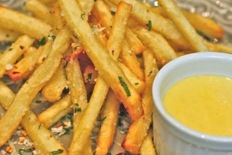 Картофель фри с чесноком и красным перцем