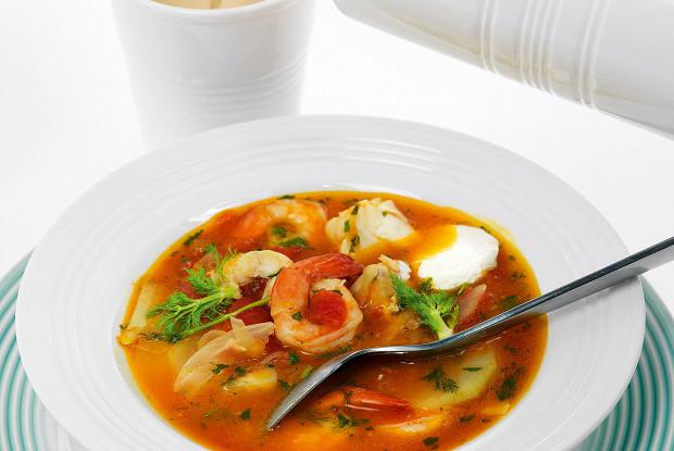 Суп из помидоров, фенхеля, трески и креветок