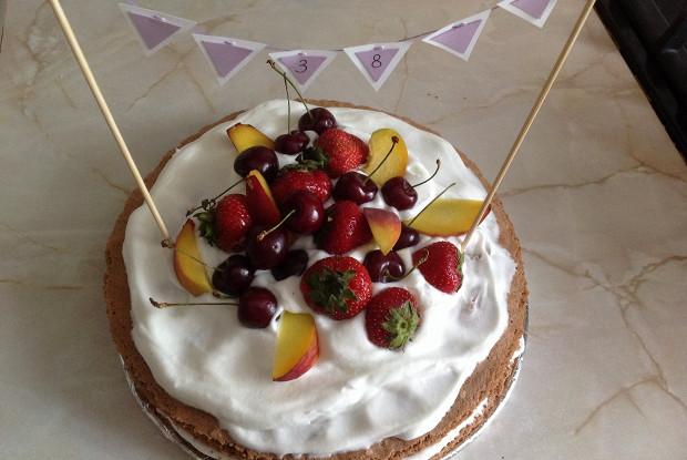 Голый торт со свежими ягодами
