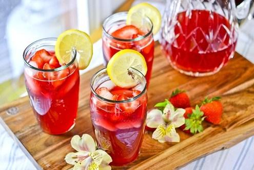 Лимонад с гибискусовым чаем и клубникой