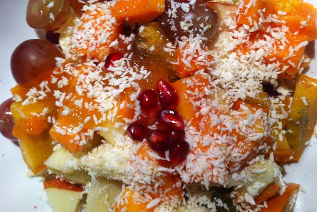 Зимний фруктовый салат с медом и кокосом