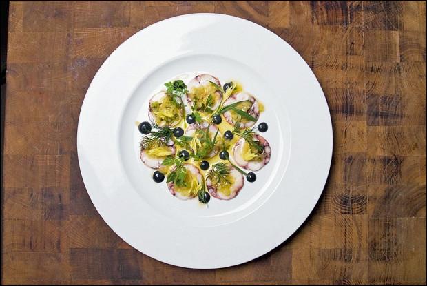 Салат из осьминогов в соусе винегрет из цитрусовых и устриц