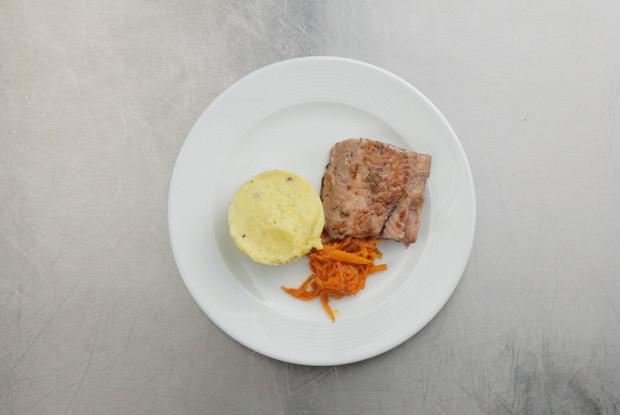 Мраморный сом с рыбным картофельным пюре и маринадом