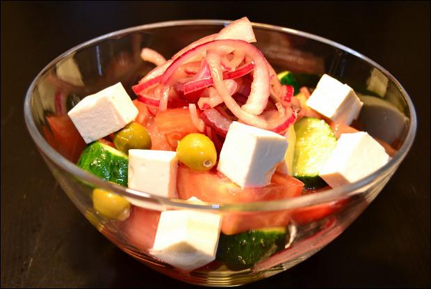 Салат из помидоров и огурцов с сыром фета и оливками