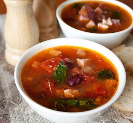Острый мясной суп с томатом в микроволновой печи