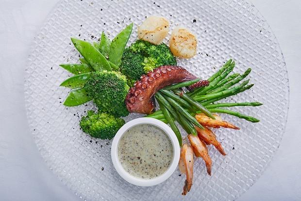 Теплый салат из морепродуктов с зелеными овощами от Жереми Урюти