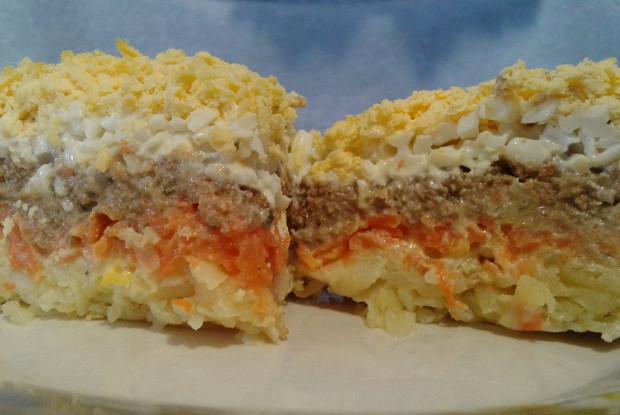 Слоеный салат с печенью, картофелем и сыром